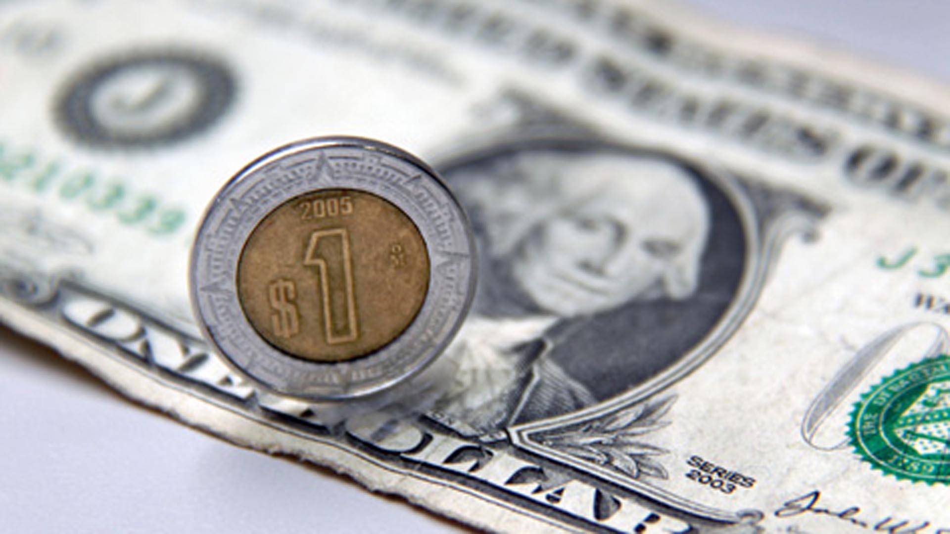 Peso recorta pérdidas tras alza de Banxico