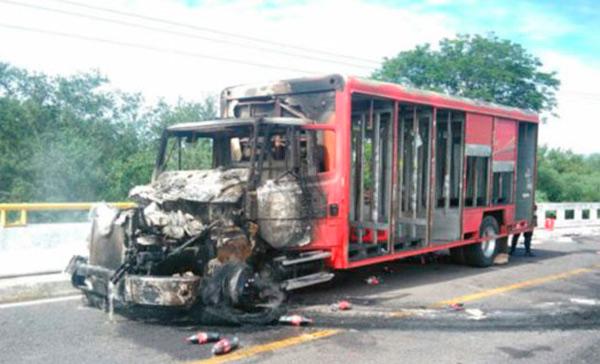Queman camión en Michoacán tras operativos