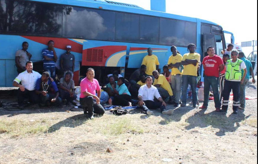 Abandonan a 50 africanos en carretera