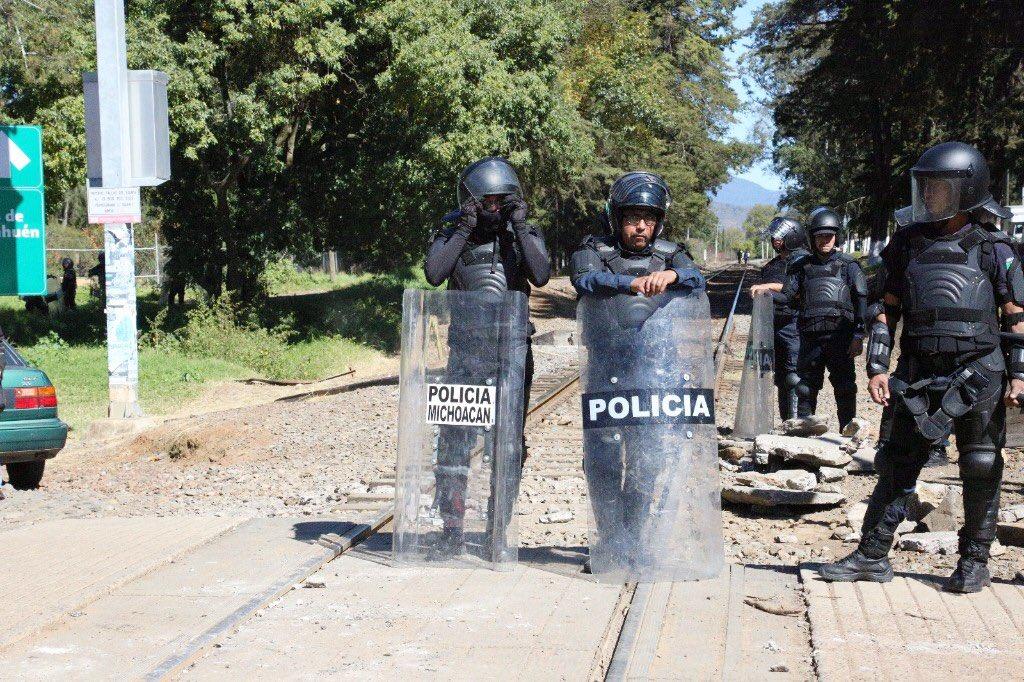 Cae maestro por bloqueo en Michoacán