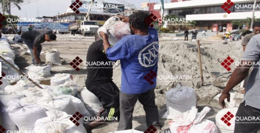Africanos trabajan en instalación de pista de hielo en Chiapas