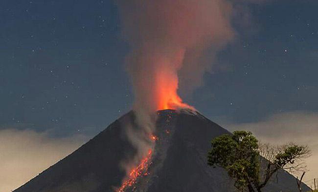 Volcán de Colima emite dos exhalaciones de 2.5 kms