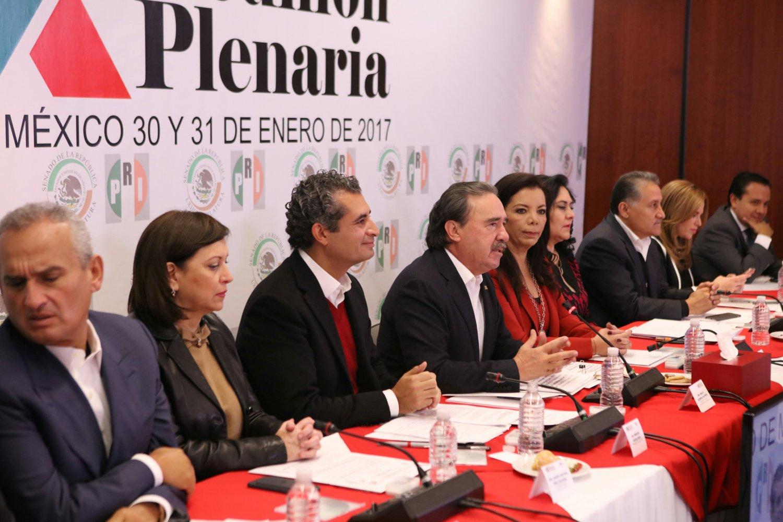 PRI va por reducir diputados y senadores