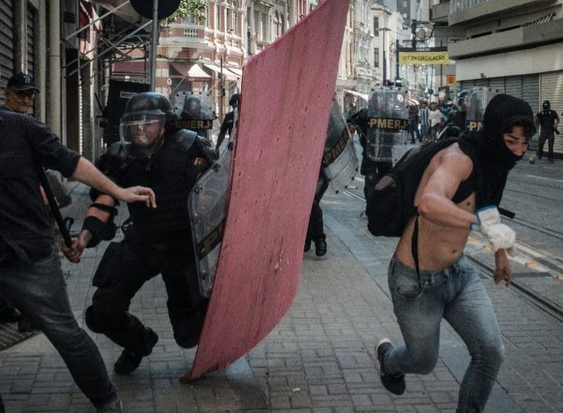 Reprimen a manifestantes; Río, paralizado