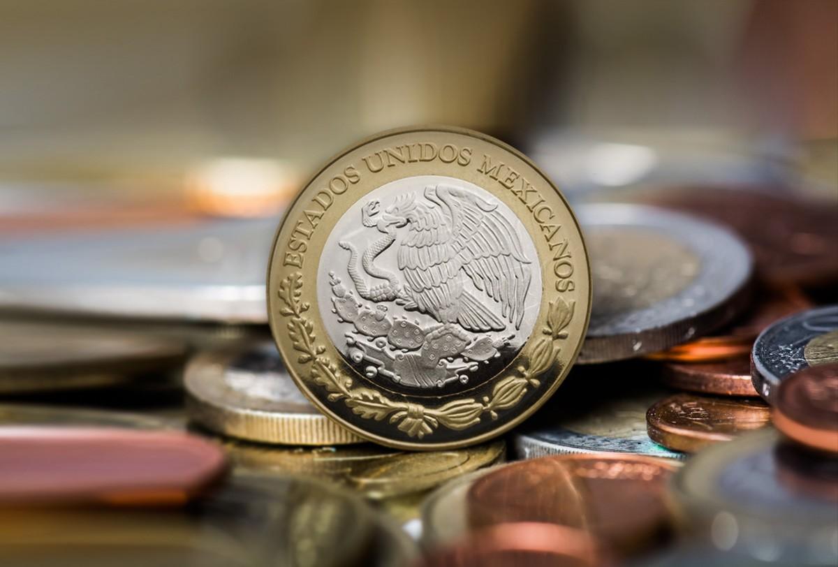 Mejor día para el peso del gobierno de AMLO; cierra abajo de $20