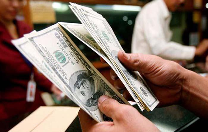 Dólar cierra en 18 pesos
