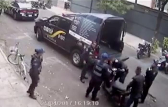 Agarran a policías robándose moto