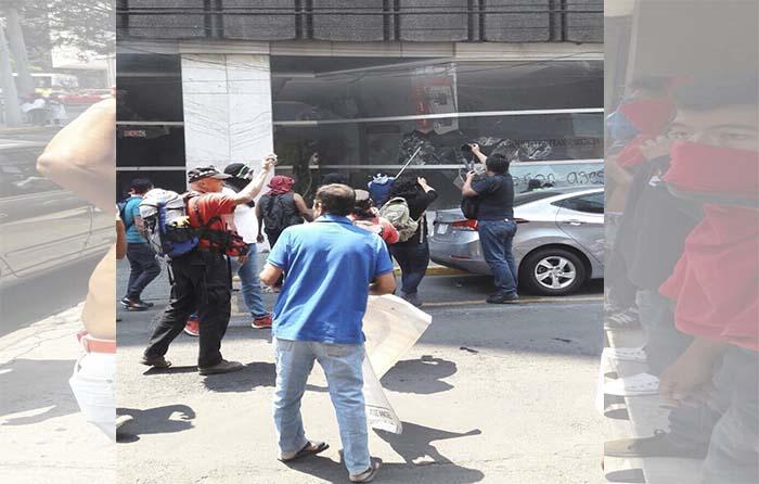 Presuntos normalistas atacan la SESNSP