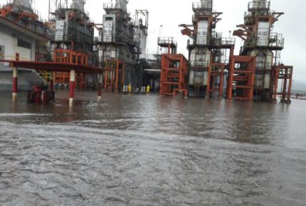 """""""Calvin"""" deja bajo el agua refinería de Pemex"""