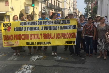 Pensionados marchan por libertad de expresión en Veracruz