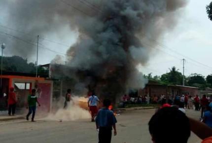 Irrumpen sesión y queman boletas en Veracruz