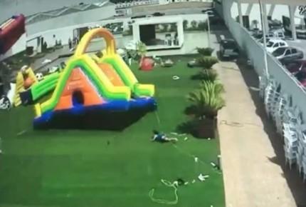 VIDEO   Ráfaga arrastra inflable con todo y niños