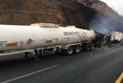 Choque de trailer y pipa en la Mex - Tepic
