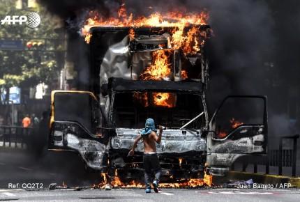 Bloquean calles en Caracas y queman camión