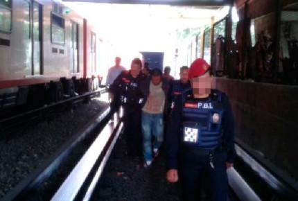 Detienen a asaltante en las vías del metro
