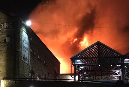 Incendio arrasa mercado de Camden Lock en Londres