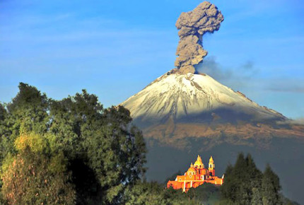 El Popocatépetl saluda al eclipse con inmensa fumarola