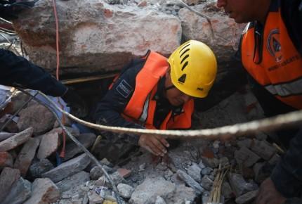 Sube a 65 el número de muertos por sismo de 8.2