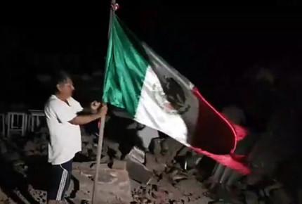 Entre ruinas, ondea bandera mexicana en Oaxaca