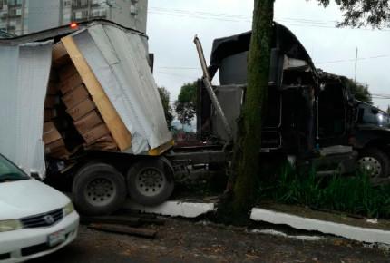 Por una hora, trailer afecta la México-Toluca
