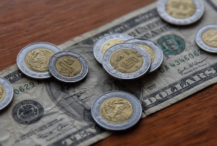 Logra peso cerrar en positivo; dólar se vende en $19.90