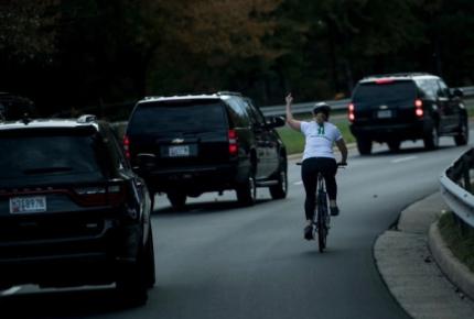 """Ciclista muestra """"dedo"""" a Trump y la despiden"""