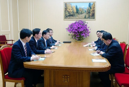 Kim Jong Un recibe a surcoreanos para continuar la distensión