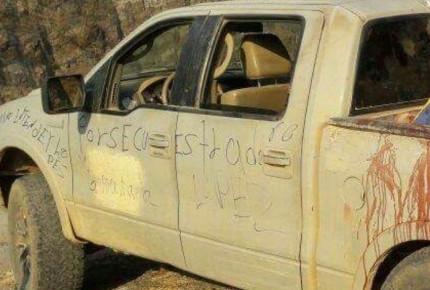 Suman 15 cuerpos abandonados en camioneta en Aquila