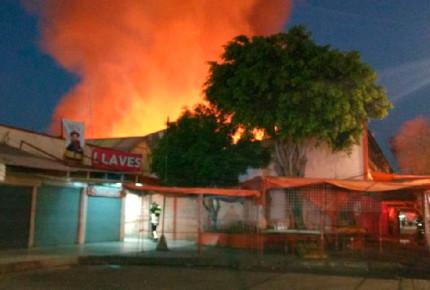 Se incendia el mercado Hidalgo y un Chedraui en la CDMX