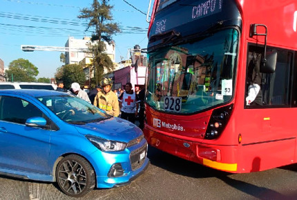 VIDEO | Chocan Metrobús de L7 y automóvil compacto
