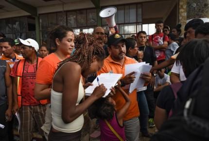 """México entrega 230 oficios de salida a caravana; """"Viacrusis"""", sigue: migrantes"""