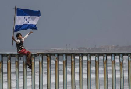Caravana migrante en momento decisivo en frontera
