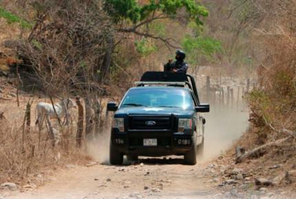 Enfrentamiento entre policías y comando en Petatlán deja un muerto