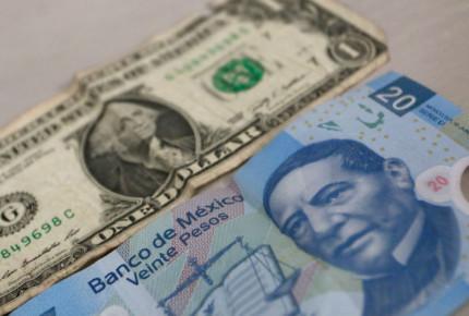 Efecto dominó afecta al peso; dólar arrasa y cierra en $19.65