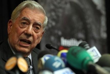 Por caída y golpe en la cabeza, internan a Vargas Llosa en España