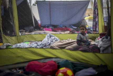 En carpas, EU pretende albergar a menores migrantes