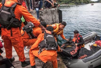 Naufragan al menos 180 personas al noroeste de Indonesia