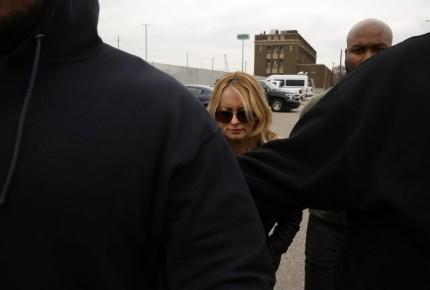 Arrestan a  Stormy Daniels; montaje político, acusa abogado