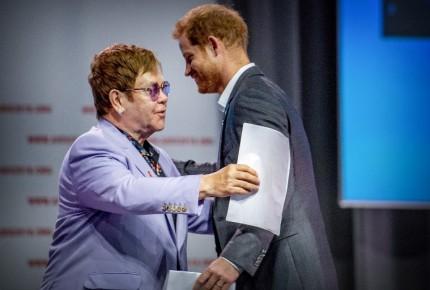 """Elton John arremete contra Rusia y Europa del Este por """"discriminar a los gays"""""""