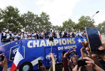 Los 'Bleus' desfilan por París; recibirán Legión de Honor