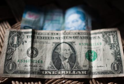 Dólar rompe piso de 20 pesos en bancos a media jornada