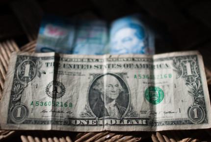 Dólar sin celebrar 4 de julio extiende caída; spot cierra en $19.39