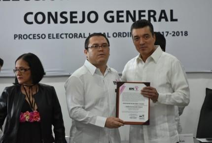 Rutilio Escandón recibe constancia como gobernador electo en Chiapas