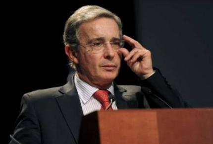 Escándalo por corrupción obliga a Uribe a renunciar al Senado