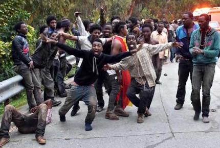 Al menos 400 migrantes violan valla y entran a enclave español de Ceuta