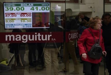 Peso argentino ahonda desplome, cae 13.52%; suben tasas a 60 puntos