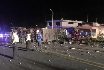 Accidente de autobús deja 22 muertos y 18 heridos en Quito