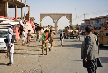 Talibanes toman base militar en Afganistán; asesinan a 14 soldados