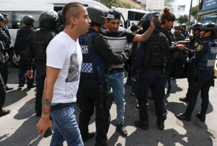 Comerciantes de Tepito se enfrenta con policías en Reforma