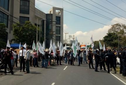 Campesinos bloquean por horas Avenida Constituyentes